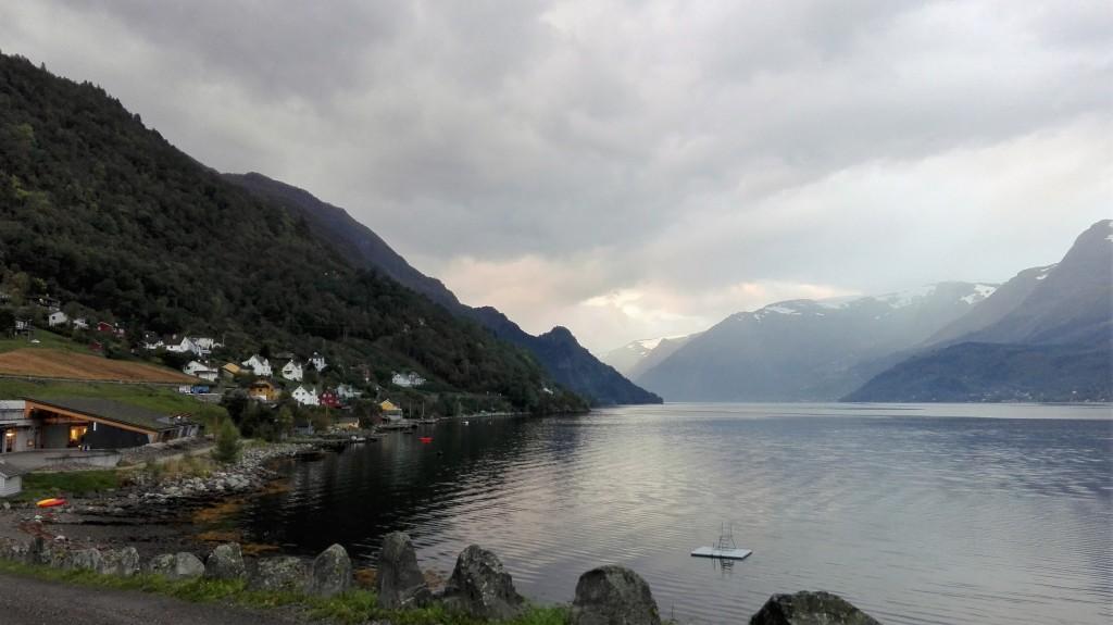 Nede til venstre ser du labbygningen som har vakker utsikt over fjorden.