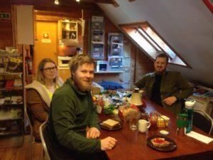 """En del av lunsjgjengen (vi mangler Silje og Nils Tore). (f.v) Mona, Borgar og Peter. De spiser lunsj sammen hver dag, og har quiz samtidig. For tiden går det i """"hva vet du om damer?""""."""